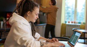Trei sferturi dintre salariații români vor condiționa angajarea la următorul loc de muncă de posibilitatea de a lucra de acasă