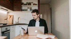 Adecco: Munca susținută în sistem hibrid crește productivitatea, dar adaugă presiune pe angajați și pe lideri